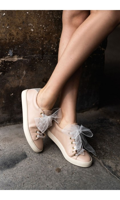 The laces of the bride in tulle